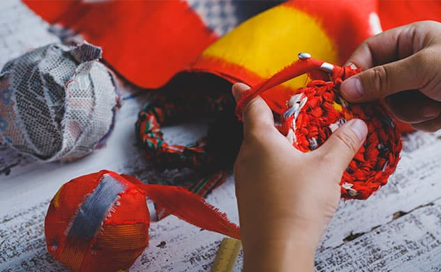 ヤーン(糸)を使用したハンドメイド制作風景