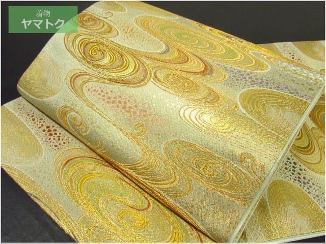 金彩使いで流水文様が格調高く織り上げられております