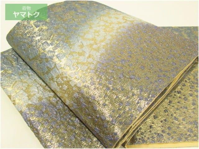 膨れ地に金糸で氷割れ文様が浮かび上がる美しい意匠