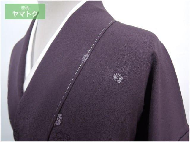 紫色地に縫取りの手法によって小菊が散らされたムードある色無地