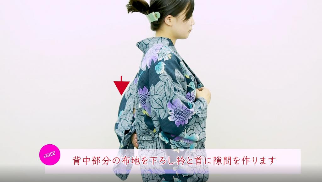 背中部分の布地を下ろし衿と首に隙間を作ります